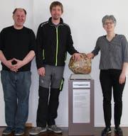 Andreas Vogel, Pascal Becker und Direktorin Christina Granwehr (von links) mit dem Integrationspreis 2018, der am Mittwoch dem Alterszentrum Schäflisberg übergeben wurde. (Bild: Matthias Fässler)