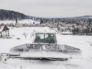 An der Beckenhalde in St. Georgen wird die Skipiste präpariert: Dank der Schneekanone liegt genug Schnee – nun fehlen nur noch die Skifahrer und Snowboarder. (Bild: Hanspeter Schiess)