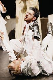 «Mucho dramatico»: Romeo (Emir Redjepi) zwingt Tybalt (Veiko Hellwig) zu Boden. (Bild: Donato Caspari)