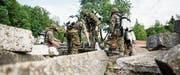 Soldaten retten einen Verletzten aus einem instabilen Trümmerfeld in Bütschwil unter erschwerten Atemschutzbedingungen. (Bilder: Mareycke Frehner)