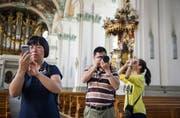 Familie Li fotografiert in der Kathedrale. Touristen aus China machen 1,5 Prozent der Logiernächte in der Stadt St. Gallen aus – Tendenz steigend. (Bild: Coralie Wenger)