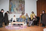 Mitarbeiter des ABA führen an der Jahresschlussfeier ihr Weihnachtstheaterstück auf. (Bild: Trudi Krieg)