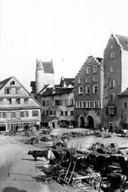 Das Rathaus mit den zwei Eingangsbögen, der Uhr und dem Treppengiebel mit dem Ira-Tor (links) und dem Gefängnisturm (rechts) vor 1865. Auf dem heutigen Marktplatz stand damals die Metzg. Zudem wurden hier Kutschen und Fuhrwerke parkiert. (Bild: Stadtarchiv der Ortsbürgergemeinde SG)