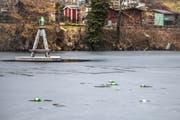 Aufs Eis geworfene Bierflaschen auf Drei Weieren. (Bild: Michel Canonica)