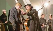 Stimmpause im Pfalzkeller: Die dänische Band Get Your Gun um Sänger Andreas Westmark (mit Hut) trat am Nordklang-Festival mit einem St. Galler Männerchor auf. (Bilder: Hanspeter Schiess)