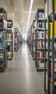 Die grosse Bibliothek von Kanton und Stadt in der Hauptpost. (Bild: Benjamin Manser)