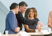 Wahlkampfstart im Pfalzkeller: Favorit Boris Tschirky (Mitte) beliefert die Grünliberale Sonja Lüthi mit Mineralwasser. (Bild: Urs Bucher)