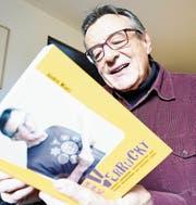 André Manz freut sich über sein zweites Buch. (Bild: Rita Kohn)