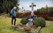 Historiker Hans Fässler am Grab von Johann Ulrich Zellweger in Trogen, einem Wohltäter, der aber auch von Sklavenarbeit auf Kuba profitierte. (Bild: Urs Bucher (Trogen, 23. Januar 2018))