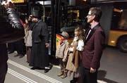 Am Bahnhof Bern steht das Ensemble nach dem Auftritt für den Applaus bereit. (Bild: PD)