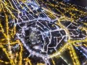 Eine nächtliche Drohnenaufnahme der St.Galler Innenstadt. Die unterschiedliche Farbe des Lichts im Zentrum und an den Hängen fällt sofort auf. (Bild: Chris Oswald/www.chrispix.ch)