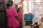 Gefragte Textilien: Eine Frau in Dakar probiert ein Kleid aus St. Galler Stoff an. (Bild: Katja Müller (Dakar, 29. Januar 2018))