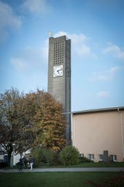 """Die Grünflächen rund um die Kirche und das Kirchgemeindehaus Grossacker sollen künftig naturnaher gepflegt werden. Dies ist eine Massnahme, um das Umweltlabel """"Grüner Güggel"""" zu erhalten. (Bild: Ralph Ribi)"""