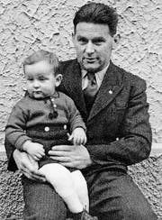 Edgar Oehler auf den Knien seines Vaters Ludwig Oehler-Eschenmoser. (Bild aus: Familiengeschichte)