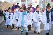 Die Lust, sich zu verkleiden: Kinder des Grossacker-Schulhauses ziehen an der Fasnacht 2017 als Schneemänner und Schneefrauen durchs Quartier. (Bild: (Urs Bucher))