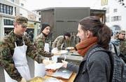 Ein Zmittag für fünf Franken: Angehende Armeeküchenchefs bekochen Passanten auf dem Bohl. (Bild: Leonardo Da Riz)