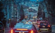 Wie man die tägliche Blechlawine (im Bild auf der Teufener Strasse) besser in den Griff bekommt, darüber ist man sich in der CVP der Stadt St. Gallen uneins. Darum entscheidet eine Mitgliederversammlung übers Ja oder Nein zur Mobilitäts-Initiative. (Bild: Benjamin Manser (8. Februar 2016))