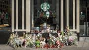 Vor dem Starbucks in der Marktgasse ist ein Mahnmal entstanden. (Bild: Hanspeter Schiess)