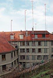Die Bauvisiere am Hang vor dem Haus Mühlensteg 3. (Bild: Reto Voneschen)