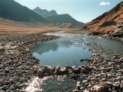 In den Schweizer Auenböden lagern beträchtliche Mengen Mikroplastik. Selbst in abgelegenen Berggebieten haben Berner Forscher Mikroplastik im Boden gefunden. (Bild: KEYSTONE/ARNO BALZARINI)
