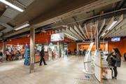 Die Migros Neumarkt hat drei bediente Kassen abgeschafft. Dafür wurde das Self-Scanning ausgebaut. (Bild: Hanspeter Schiess)
