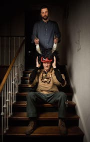 Andy Storchenegger (hinten) hilft Stephan Solenthaler, dem Präsidenten des Straubenzeller Römpelvereins, in seine neue Maske. (Bild: Benjamin Manser)