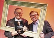 «Lebensgemälde»: Der aus Birwinken stammende Unternehmer und Maler Jürg Opprecht (links) präsentiert mit dem Bischofszeller Publizisten Roman Salzmann seine Biografie. (Bild: PD)