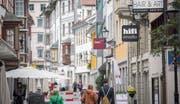 Schlendern in der St. Galler Altstadt: In den Ostschweizer Innenstädten stehen immer mehr Ladenlokale leer. (Bild: Urs Bucher)