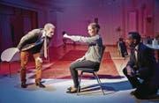 Ehe-Rettungsübung: Valentin (Daniel Koller) soll Joanas (Rita Bänziger) zornige Faust öffnen. (Bild: Vanessa Püntener/Theater Winterthur)