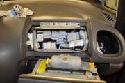 Versteckt waren die Tabletten hinter dem Airbag... (Bild: PD)