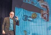 Joachim Rittmeyer präsentiert sein Videoexperiment: Meisterhaftes Spiel auf verschiedenen Realitätsebenen. (Bild: Hilde Eberhard)
