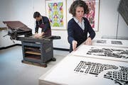 """Einblick in die belebte Architekturwerkstatt im zweiten Stock der St. Galler Hauptpost – mit Atelier und Druckwerkstatt samt historischer Presse namens """"Korrex"""". (Bild: Ralph Ribi)"""