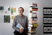 Im Bücherregal von Theo Hutter, dem Leiter der Fachstelle für Statistik des Kantons St. Gallen, steht ein Buch mit dem Titel «So lügt man mit Statistik». (Bild: Michel Canonica)