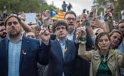 Ernüchterung: Kataloniens Ministerpräsident Carles Puigdemont (Mitte), Vizeministerpräsident Oriol Junqueras (links) und Parlamentspräsidentin Carme Forcadell (rechts) protestieren in Barcelona gegen die Regierung in Madrid. (Bild: Santi Palacios/AP (21. Oktober 2017))