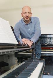 Ein paar Notenblätter und ein YouTube-Clip: Chorleiter Bernhard Bichler ist bereit fürs Nordklang-Festival. (Bild: Hanspeter Schiess)