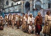 Statisten verkörpern mittelalterliches Volk im Klosterkrimi «Der Name der Rose» auf dem Münsterplatz. (Bild: Theater Konstanz/Ilja Mess)