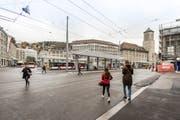 Der neugestaltet Bahnhofplatz als Gesamtansicht vom Rathausturm: Ein Fahrverbot sorgt derzeit für Aufregung. (Bild: Hanspeter Schiess)