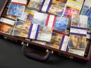 Die Meldestelle für Geldwäscherei des Bundes hat eine Rekordzahl von Verdachtsmeldungen erhalten. Die betroffenen Vermögen belaufen sich auf insgesamt über 16 Milliarden Franken. (Symbolbild) (Bild: KEYSTONE/MARTIN RUETSCHI)