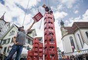Bierharasse stapeln auf dem Gallusplatz mit dem Nostalgieverein Feuerwehr St. Gallen. (Bild: Hanspeter Schiess)