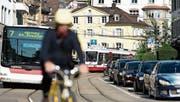 Die Mobilitäts-Initiative will den Autoverkehr wieder gleichberechtigt neben öV und Langsamverkehr stellen, womit der Autoverkehr wieder wachsen dürfte. Das Stimmvolk entscheidet am 4. März. (Bild: Urs Jaudas)