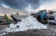 Der Schnee wird vom Lastwagen vor die Freestyle-Rampe gekippt. Ab Freitag werden hier spektakuläre Sprünge gezeigt. (Bild: Michel Canonica)