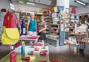 Präsidentin Daria Oberholzer (links) und Geschäftsleiterin Sanda Goritschnig im Claro-Weltladen an der Engelgasse. (Bild: Urs Bucher)