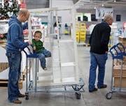 Die Schweizer geben jeden vierten Franken für Möbel bei Ikea aus. (Bild: Martin Rütschi/Keystone)