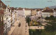 Der Marktplatz auf einer 1920 gelaufenen Ansichtskarte. Auf der linken Seite des Bohl sind das Hotel Hecht und dahinter das alte Stadttheater zu erkennen. Man beachte auch die Gleisführung der Trambahn: Ein Teil der Linien verkehrte durch die Goliathgasse zum Platztor Richtung Osten. (Bild: Sammlung Reto Voneschen)