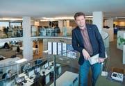 «Der Austausch und das Gemeinschaftsgefühl werden im neuen Newsroom gefördert», sagt Stefan Schmid, Chefredaktor des «St. Galler Tagblatts» und seiner Regionalausgaben. (Bilder: Urs Bucher (St. Gallen, 6. April 2018))
