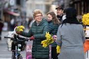 Frauenorganisationen verteilen am Donnerstag auf dem Bärenplatz Mimosen zum Internationalen Frauentag. (Bild: Michel Canonica)