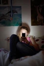 Jugendliche können via Smartphone sehr einfach in Kontakt mit Pornographie kommen. (Bild: Keystone (Symbolbild))