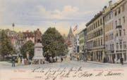 Der Marktplatz mit dem 1904 aufgestellten Vadian-Denkmal auf einer colorierten Ansichtskarte um 1910. (Bild: Sammlung Reto Voneschen)