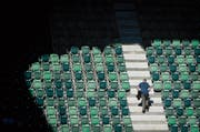 Sonne und Schatten in der St. Galler Arena: «Im Fussball gibt es immer wieder ein Auf und Ab», sagt Stadtpräsident Scheitlin – und bleibt gelassen. (Bild: Benjamin Manser)