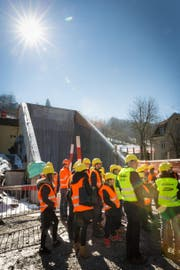 Besucherinnen und Besucher am Nordportal des Ruckhalde-Tunnels bei der Oberstrasse. Hier wurde über die Geschichte der Heiligen Barbara informiert. Sie ist die Schutzheilige von Tunnbelbauern und Mineuren. (Bild: PD/Philipp Griesemer)